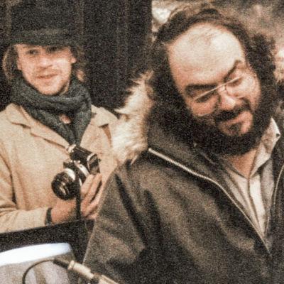 Elokuvaohjaaja Stanley Kubrick, takana hänen assistenttinsa Leon Vitali