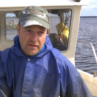 Leif Semskar haastateltavana kalastusveneen kannella.