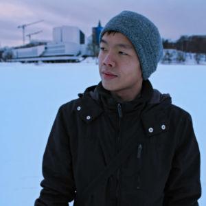 Kapellimestariopiskelija I-Han Fu Töölönlahden jäällä, taustalla Finlandia-talo