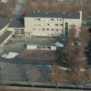 En drönarbild av Sarlinska skolan i Pargas.