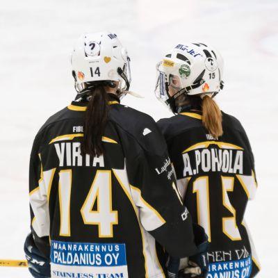 Marjukka Virta och Anne Pohjola med ryggen mot kameran.