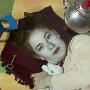 """Yleisradion kuunnelma """"Liisa ihmemaassa"""". Kuvassa Oona Kamu (roolinimi Liisa) 1994."""