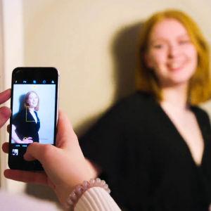 Vilde Bratland poserar suddigt i bakgrunden och hon syns skarpt på kompisens mobiltelefonskärm.