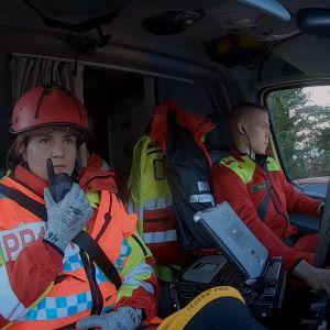 Johanna Laukka ja Leevi Marjanen ovat matkalla liikenneonnettomuuspaikalle.