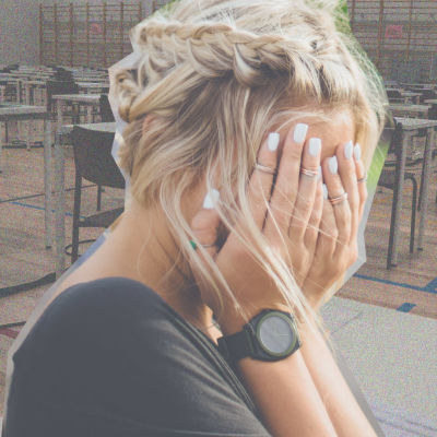 nainen peittää kasvonsa kädellä, taustalla yo-koesali