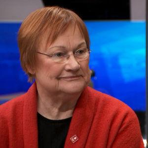 Tarja Halonen intervjuas i tv-studio.