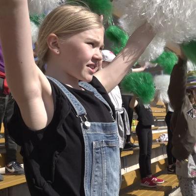 Sirkkala skolas hejarklack övar inför Stafettkarnevalen 2018.