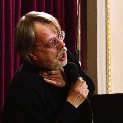 Heikki Laitinen kuristaa itseään Kaarlo ja Kerttu -balladin kuolinkohtauksessa ohjelmassa Polska, kirkuna, blues (1996).