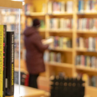 kirjoja kirjastossa