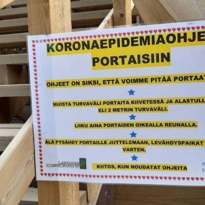 Coronaanvisningar vid en motionstrappa i Seinäjoki.
