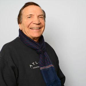Laulaja Einö Grön hymyilee.