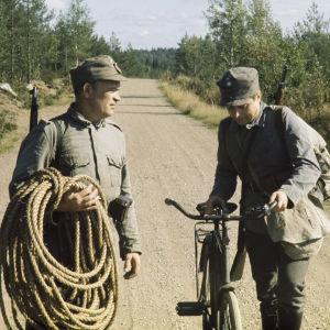 Tv-elokuva Manillaköysi: näyttelijä Erkki Pajala vasemmalla, toinen näyttelijä tunnistamatta.