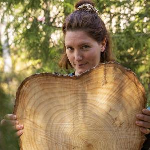 Nora Gullmets i skogen.