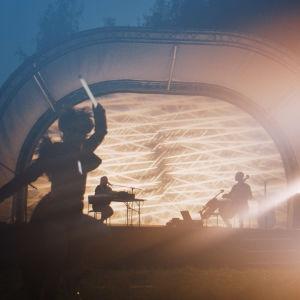 Kuvia Bombus Hypnorum -teoksen vuonna 2020 kenraaliharjoituksesta. Kuvassa esiintyy muusikko-säveltäjät Ringa Manner ja Max Lilja sekä tanssija-koreografi Kaisa Niemi.