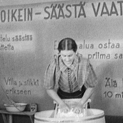 Pyykinpesua marttojen toimintaa esittelevässä elokuvassa 1941.
