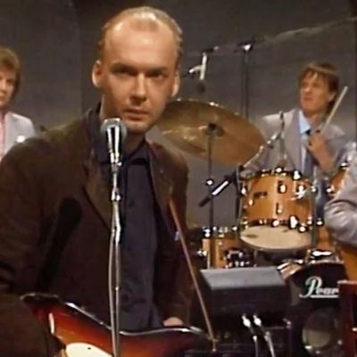 Tuomari Nurmio ja yhtye esiintyvät tv-ohjelmassa Väärän kuninkaan päivä 1983.