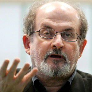 Kirjailija Salman Rushdie puhuu luentotilaisuudessa.