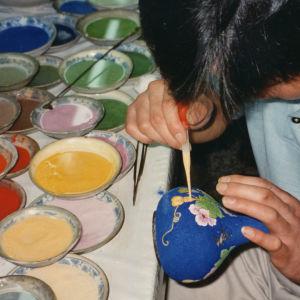 Poika maalaamassa.