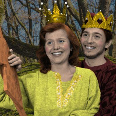 Prinsessa, prinssi ja keppihevonen satumetsässä.