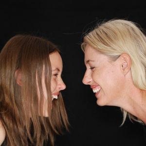 Teini ja äiti nauravat