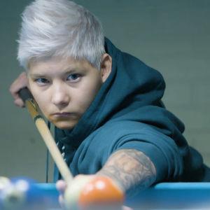 Heidi Foxell harrastaa biljardin pelaamista