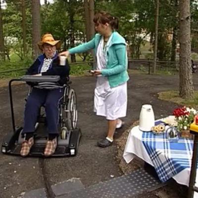 Eläkeläinen Turkka Vanne pitää automaattivetoisesta ajelusta, jonka aikana tarjolla on myös pientä välipalaa.