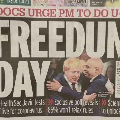 Det har förekommit kritik mot att restriktionerna i England nu hävs och det ätt som regeringen har hanterat smitta inom de egna leden. Här en löpsedel från lördagen.