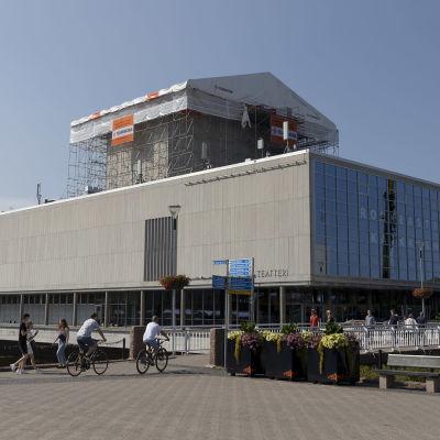 Oulun kaupunginteatterin kattoa korjataan
