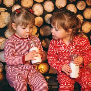 Pikkutytöt pyjamissaan jouluna