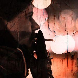 Tupakoivan naisen profiili, käsitelty kuva