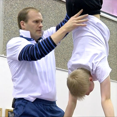 Tränaren Antti Palkola och 12-åriga Tatu Tiihonen, Jyväskylän Voimistelijat