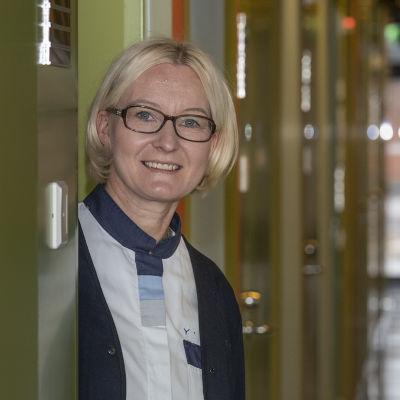 Yksikönjohtaja Arja Makkonen YTHS:n käytävällä Joensuun yliopiston kampuksella.