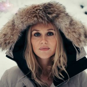 Sissi Enestam lumisessa maisemassa.