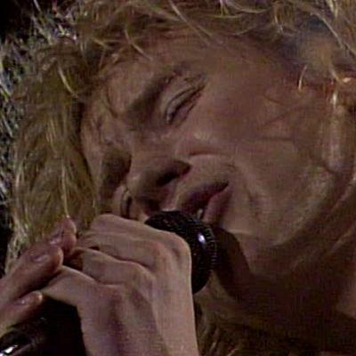 Olli Lindholm laulaa (1982).