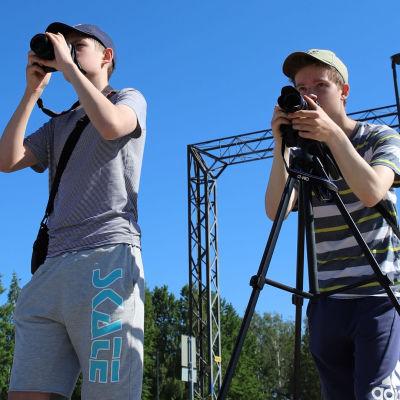 pojat kuvaavat junaa