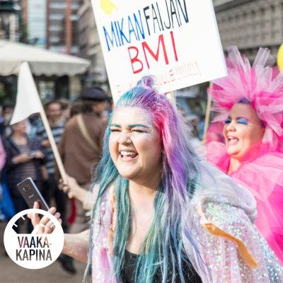 Suomen ensimmäinen Body Pride -kulkue. Kuvassa Saara Sarvas ja Jenny Lehtinen.