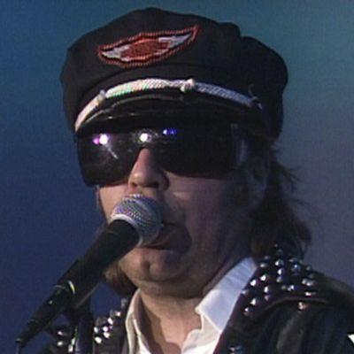 Mato Valtonen laulaa Tampereen Tullikamarilla 1990.
