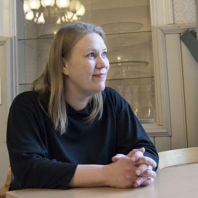 Sanna Heikkinen tuijottaa ikkunaa.