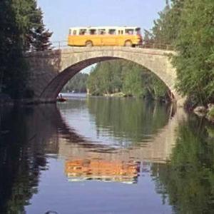Postiauto ajaa kesäisessä Keski-Suomessa.