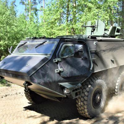 Patrian 6x6-panssariajoneuvo maastossa