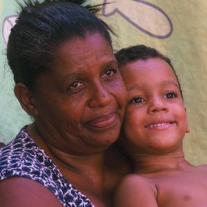 En mor med sin dotter i favelan i Salvador