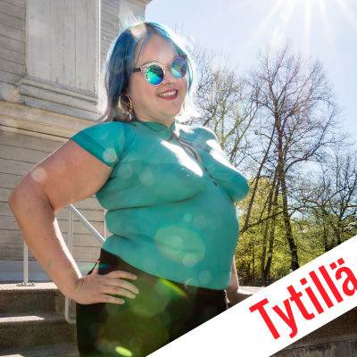 Tytillä on asiaa: Tytti Shemeikka poseeraa ulkona auringonpaisteessa.