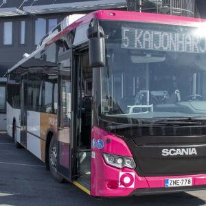 Biopolttonaine linja-auto varikolla