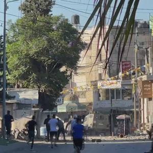 I Beit Anan, utanför Jerusalem, kastade palestinska undomar sten mot israeliska militärfordon på söndag förmiddag efter nattens räder.
