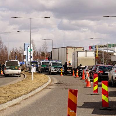 Autojono rajavartioiden pysäyttämänä Ruotsin ja Suomen rajalla Torniossa.