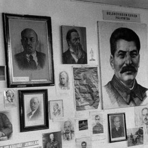 Valokuvia, piirroksia, maalauksia ja julisteita Marxista, Leninistä, Stalinista ja muista neuvostojohtajista.
