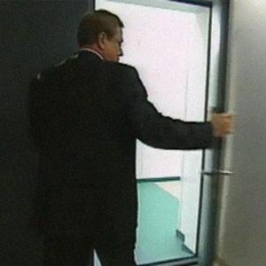 Arvi Lind kiiruhtaa uutisstudioon 1999.