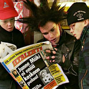 Kultaisen salaman jäsenet lukevat lehdestä Janne Mäen kohtalosta (1994).