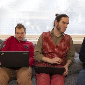 Atte Taskila, Kai Hyvärinen ja Tom Himanen istuvat sohvalla