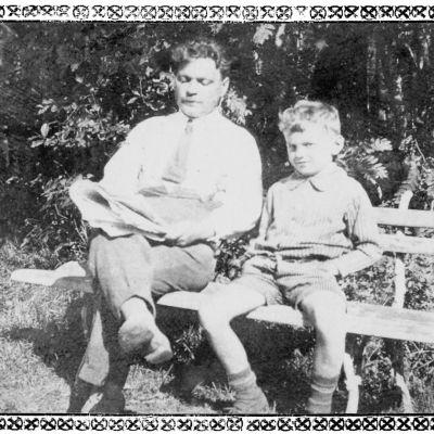 Kanttori Oskari Tilli Kalevi-poikansa kanssa istumassa puiston penkillä Terijoella 1925.